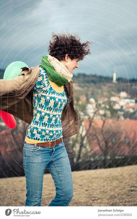 Luftballonmädchen I Mensch Himmel Jugendliche Ferien & Urlaub & Reisen Freude Wolken Erwachsene feminin Herbst Freiheit Zufriedenheit Freizeit & Hobby
