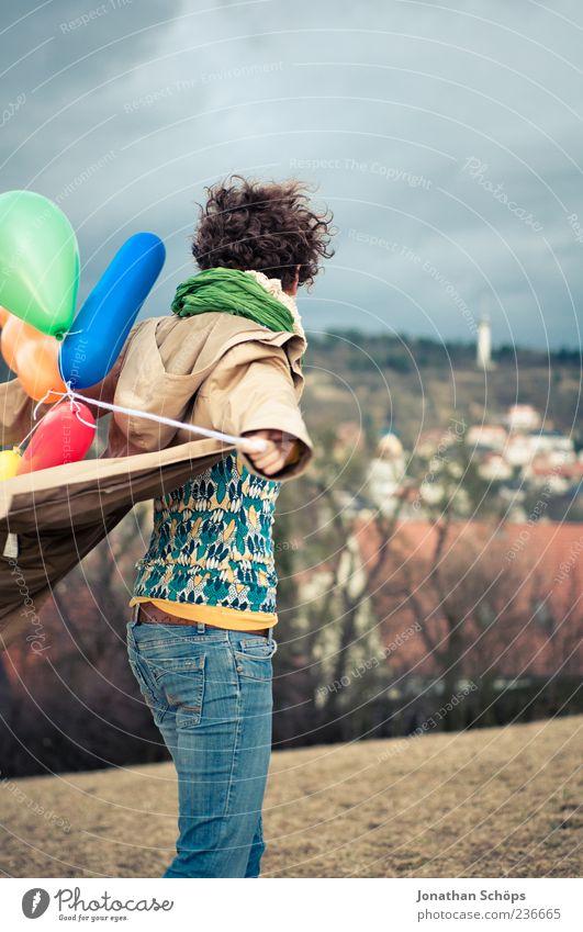 junge Frau mit Luftballon auf dem Berg an einer Stadt Lifestyle Freude Glück Freizeit & Hobby Spielen Ferien & Urlaub & Reisen Mensch feminin Junge Frau