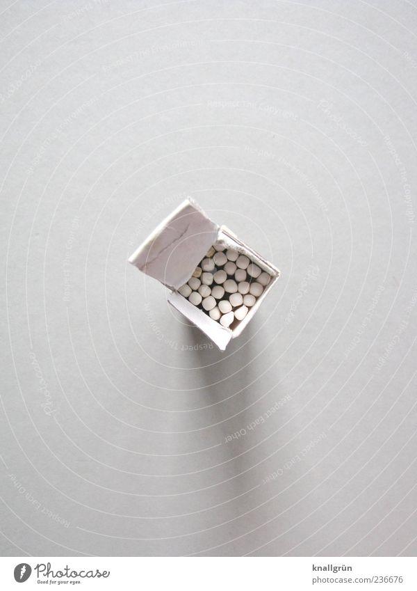 Erst weiß, dann heiß! weiß offen stehen Streichholz eckig Schachtel Verpackung Schwarzweißfoto