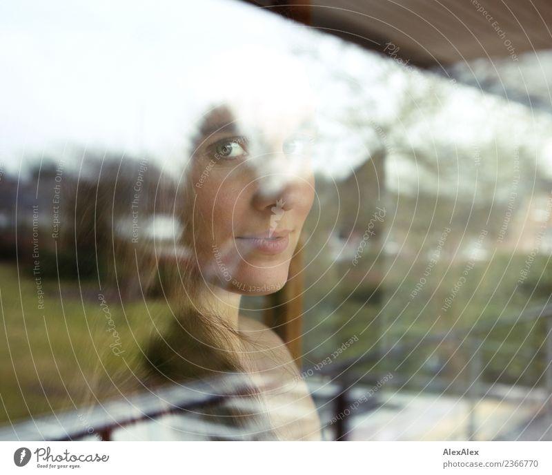 Fensterbilder gehen immer Lifestyle Stil schön harmonisch Wohnung Balkon Garten Junge Frau Jugendliche Gesicht 18-30 Jahre Erwachsene Landschaft Gras brünett