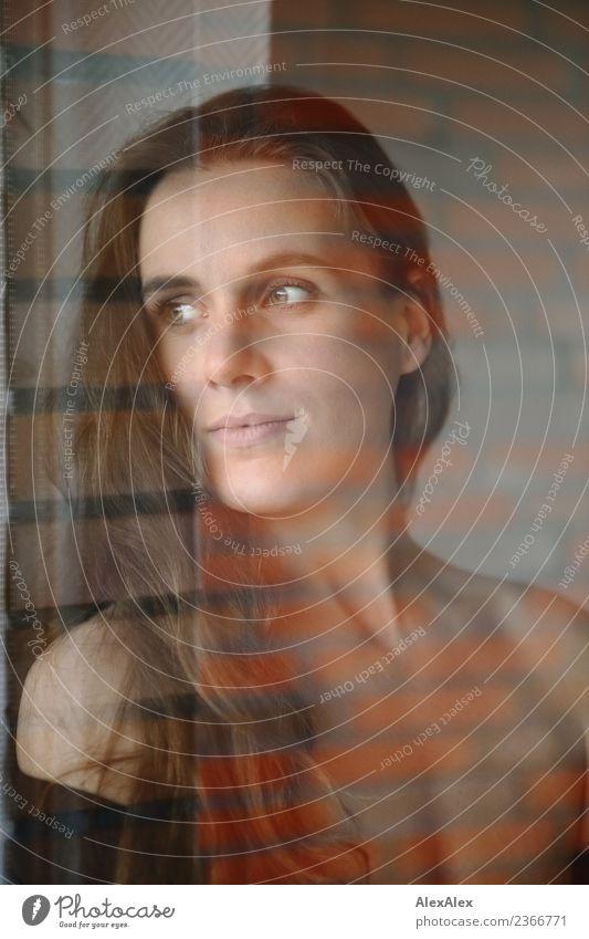 Portrait elegant schön Leben Wohlgefühl Wohnung Junge Frau Jugendliche Gesicht Dekolleté 18-30 Jahre Erwachsene Backstein Backsteinwand brünett langhaarig Glas