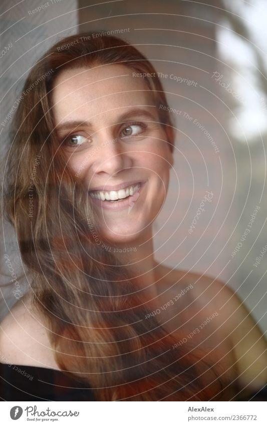 im Fenster Jugendliche Junge Frau schön Freude 18-30 Jahre Gesicht Erwachsene Leben Lifestyle natürlich feminin Stil lachen Glück Haare & Frisuren