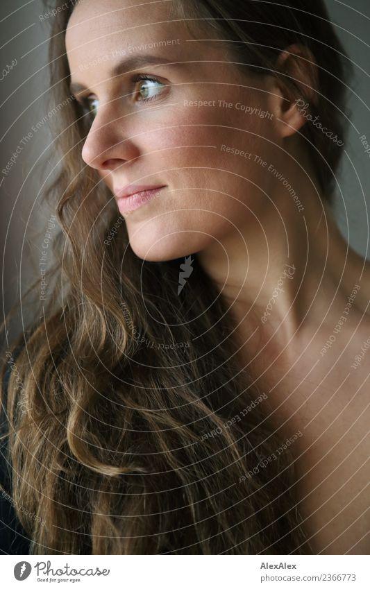 Portrait Jugendliche Junge Frau Stadt schön Erotik 18-30 Jahre Gesicht Erwachsene Leben Lifestyle feminin Glück außergewöhnlich Wohnung elegant ästhetisch