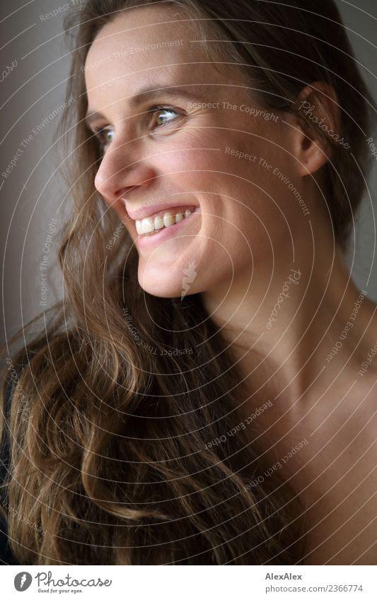 mit Grübchen Lifestyle Freude schön Haare & Frisuren Gesicht Leben Wohlgefühl Junge Frau Jugendliche 18-30 Jahre Erwachsene brünett langhaarig Locken Lächeln