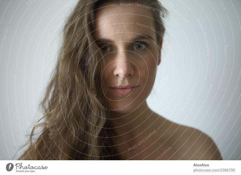 Portrait Lifestyle elegant schön Haare & Frisuren Gesicht Leben Wohlgefühl Junge Frau Jugendliche Schulter 18-30 Jahre Erwachsene Schlucht brünett langhaarig