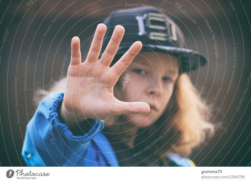 Ablehnung | Stopp !! Kind Junge Kindheit Jugendliche Hand 1 Mensch 8-13 Jahre Mütze Baseballmütze langhaarig Locken Frieden Identität protestieren rebellieren