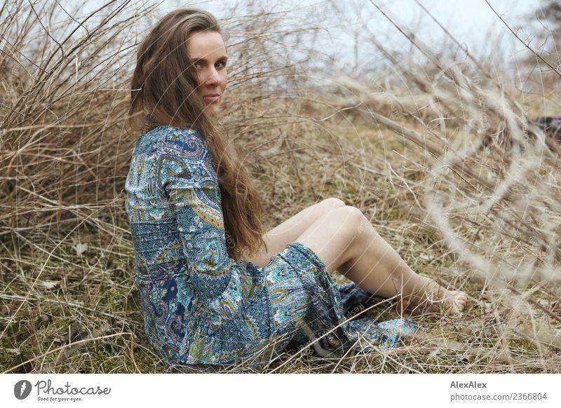 natürlich Stil schön Leben Junge Frau Jugendliche Beine 18-30 Jahre Erwachsene Natur Landschaft Pflanze Sträucher Wiese Kleid Barfuß brünett langhaarig