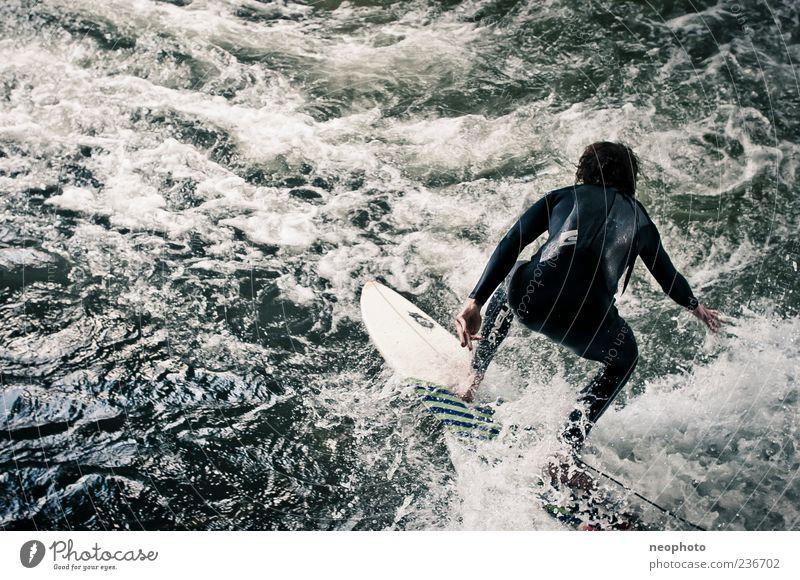 Eisbach Sport Surfen Surfer Surfbrett Wasser Fluss außergewöhnlich wild blau grün gefährlich München Farbfoto Gedeckte Farben Außenaufnahme Textfreiraum links