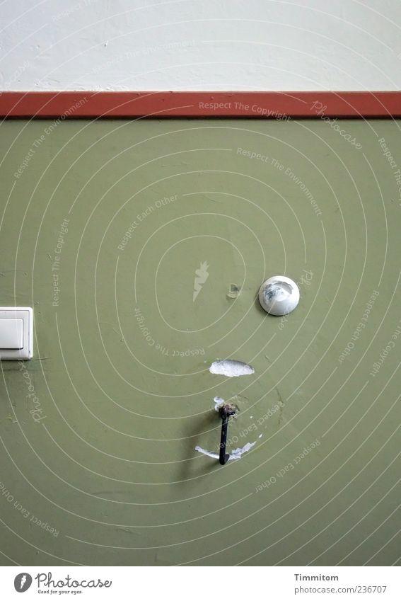 Geht es darum? Spuren zu hinterlassen? grün Wand Fassade Sicherheit einfach Schutz fest stark Flur Lücke Haken Licht Elektrisches Gerät Lichtschalter