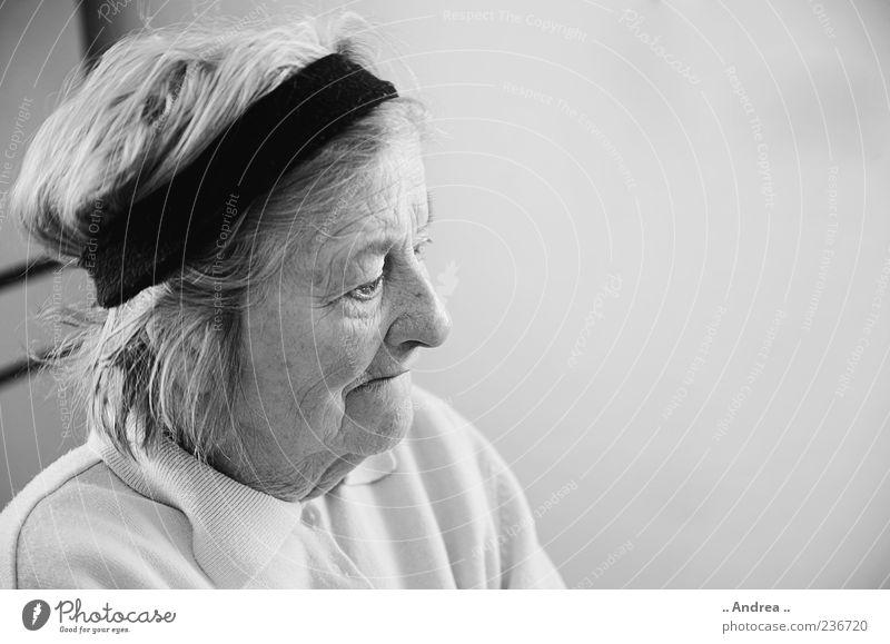 Oma Mensch Frau alt Senior nachdenklich Wandel & Veränderung Vergänglichkeit Weiblicher Senior Zukunftsangst Großmutter Großeltern Schwarzweißfoto Haarband