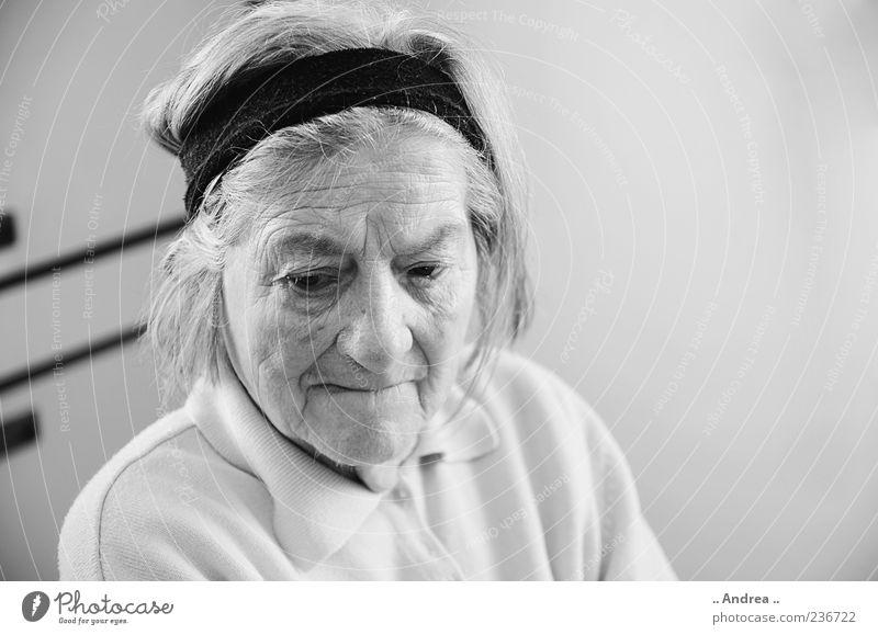 Oma 2 Mensch Frau alt Leben Senior grau nachdenklich 60 und älter lernen Wandel & Veränderung Vergänglichkeit Weiblicher Senior Hautfalten Zukunftsangst