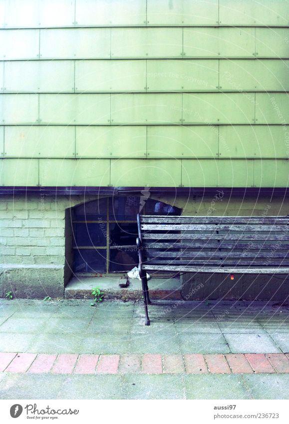 Auf die schiefe Bank geraten Einsamkeit Haus Erholung Straße Gebäude Fassade kaputt Pause verfallen Bürgersteig Neigung Sitzgelegenheit Altbau ausruhend