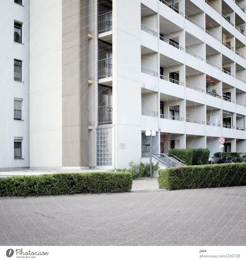 wohnraum Pflanze Sträucher Haus Hochhaus Bauwerk Gebäude Architektur Fassade Balkon Fenster Tür trist Stadt Farbfoto Außenaufnahme Menschenleer