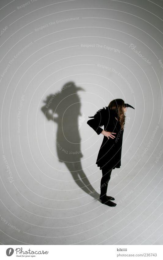 Shadow Mensch weiß Mädchen schwarz Vogel stehen Maske Figur Textfreiraum mystisch Schnabel Halloween Karnevalskostüm Kostüm verkleiden Schatten