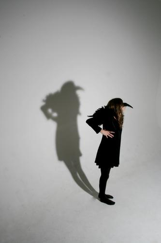 Shadow schwarz Schatten Schnabel weiß Strukturen & Formen Vogel Rabenvögel Kostüm Karnevalskostüm Mädchen stehen Textfreiraum Studioaufnahme Mensch verkleiden