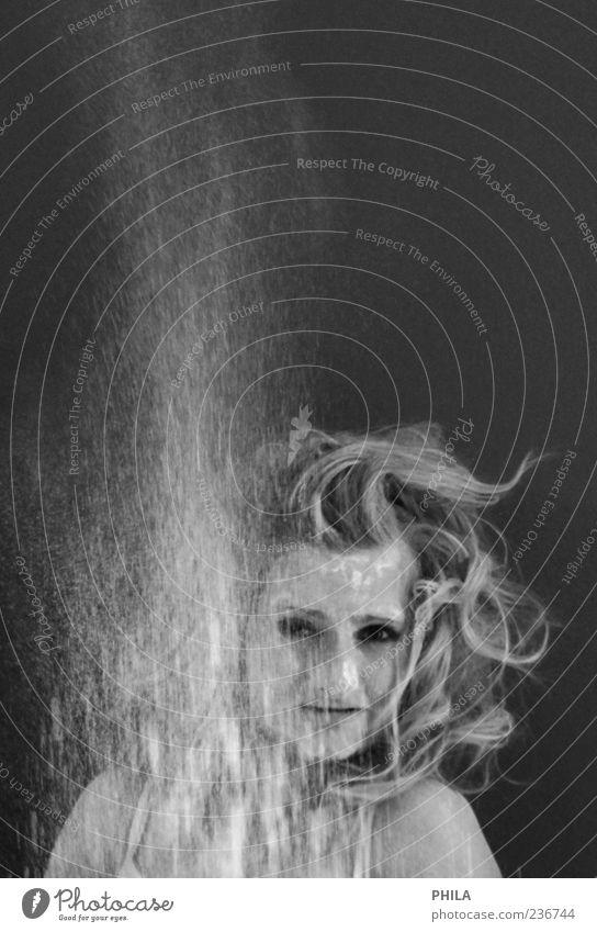 Fee Mensch Jugendliche feminin Denken träumen blond fliegen frei Geschwindigkeit Junge Frau beobachten fallen fangen Locken Gesichtsausdruck werfen