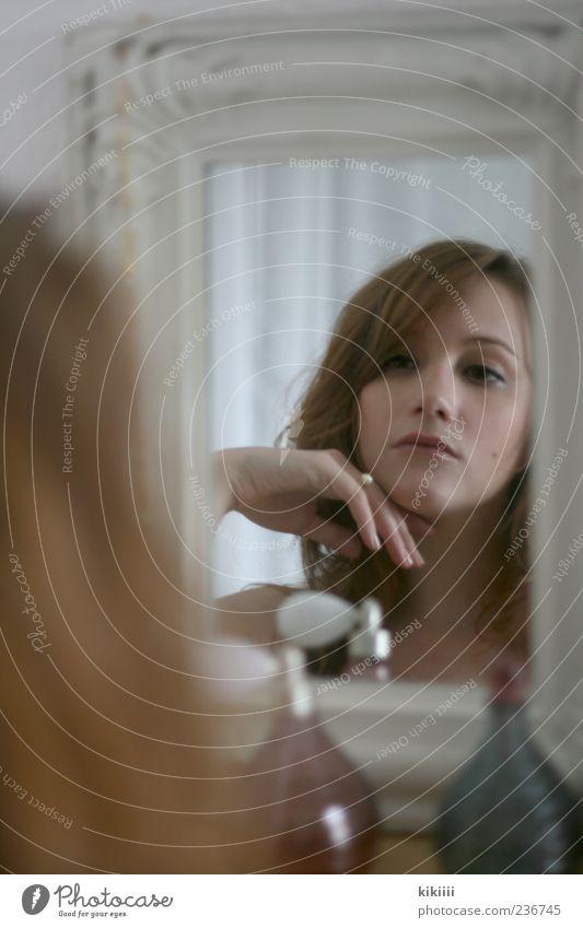 Diva Frau Hand schön Haare & Frisuren Junge Frau 18-30 Jahre Beautyfotografie Spiegel Ring Hochmut Schmuck Spiegelbild eitel Pastellton Parfum