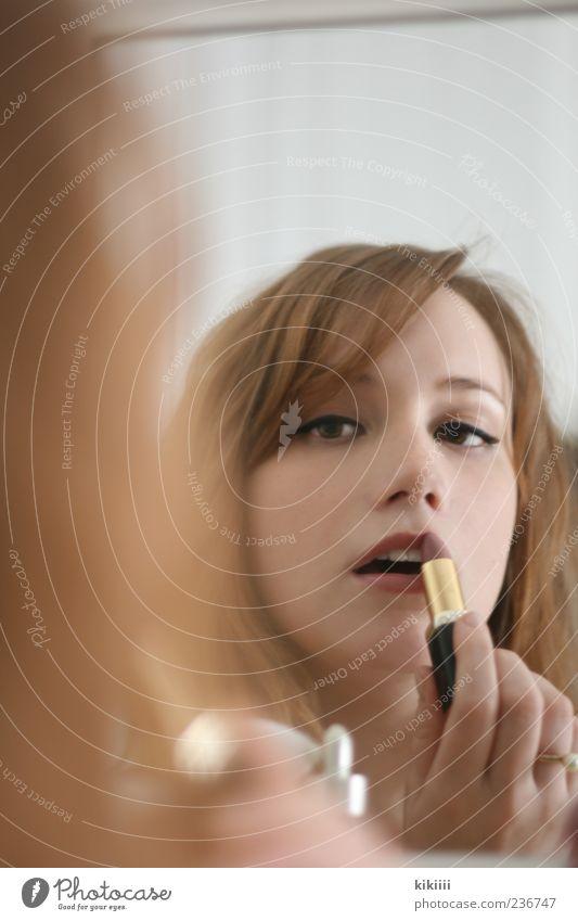 Lipstick Frau Lippenstift Schminken rot Mund Haare & Frisuren Spiegel Spiegelbild Parfum schön Beautyfotografie Konzentration Körperpflege Gedeckte Farben