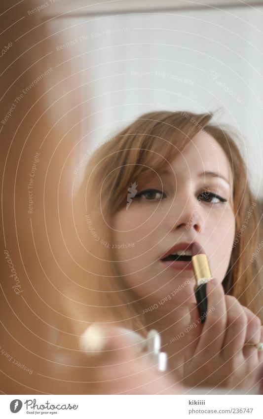 Lipstick Frau schön rot Haare & Frisuren Mund Junge Frau 18-30 Jahre Beautyfotografie Lippen Spiegel Konzentration Körperpflege rothaarig Schminken Lippenstift Spiegelbild