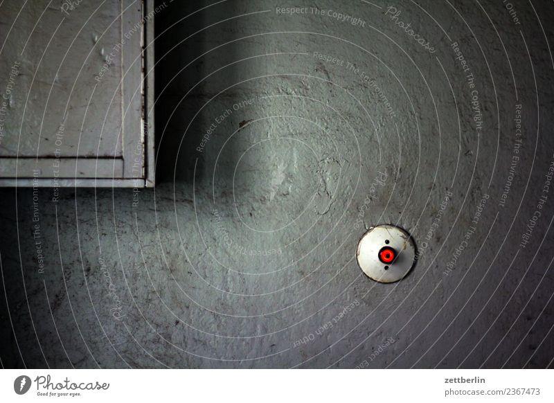 Treppenlichtschalter Altbau Flur Installationen Licht Lichtschalter Sicherung Sicherungskasten Treppenhaus Wand Häusliches Leben Wohnhaus Taste dunkel