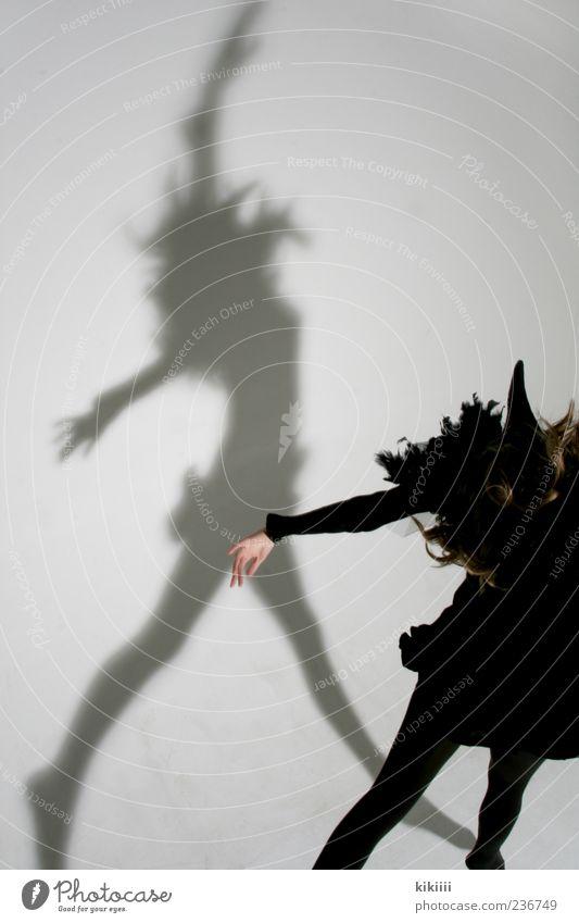 Scary weiß Mädchen schwarz springen Vogel Tanzen fliegen Arme geheimnisvoll Maske gruselig Schweben Geister u. Gespenster Textfreiraum Kind Karnevalskostüm