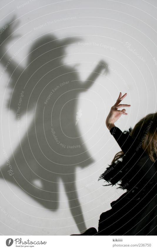 Schattentanz Hand weiß Mädchen schwarz springen Vogel Tanzen fliegen Arme geheimnisvoll Maske gruselig Schweben Geister u. Gespenster Schnabel Karnevalskostüm