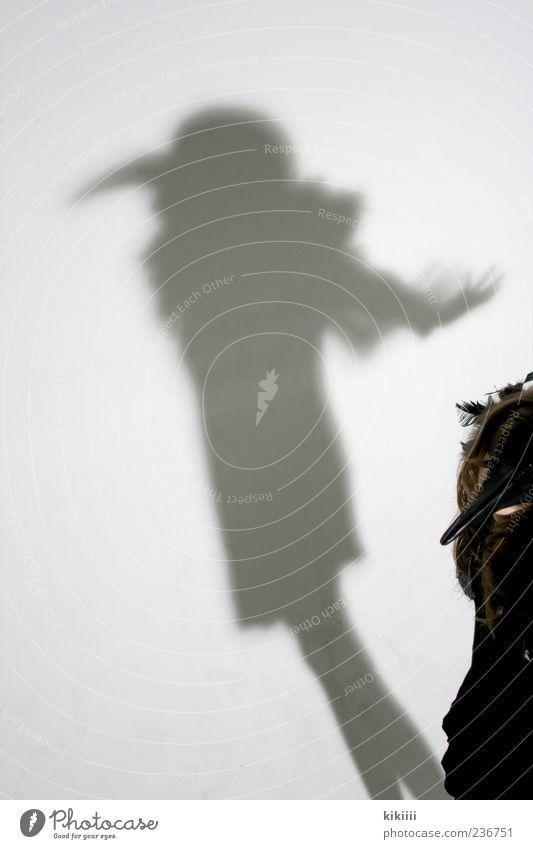 Beak Geister u. Gespenster Schatten Fabelwesen Vogel Rabenvögel Krähe Kostüm Karnevalskostüm fliegen Schweben Mädchen schwarz weiß Studioaufnahme gruselig