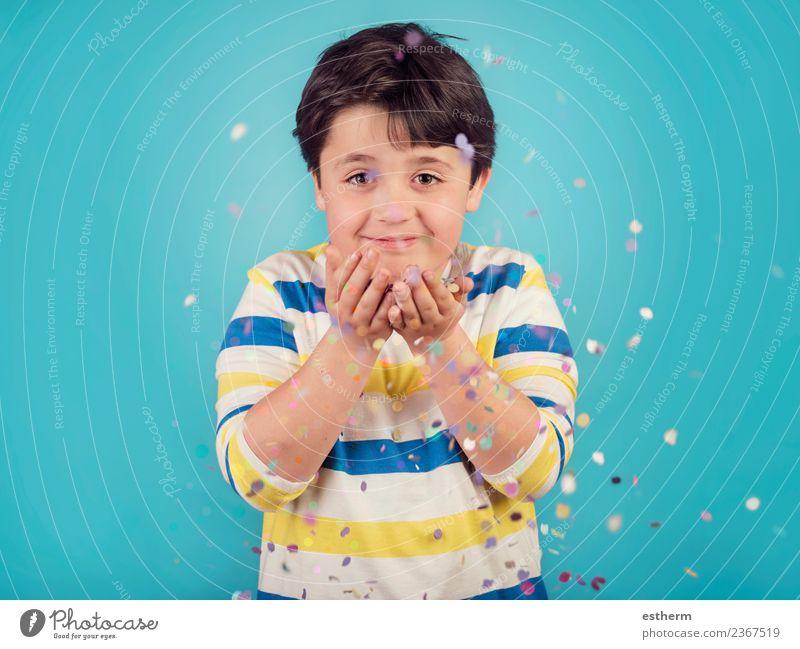 lächelnder Junge mit Konfetti Lifestyle Freude Party Veranstaltung Feste & Feiern Jahrmarkt Geburtstag Mensch maskulin Kind Kleinkind Kindheit 1 8-13 Jahre