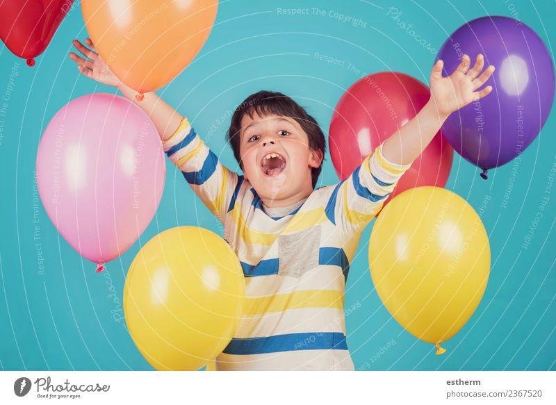 fröhlicher und lächelnder Junge mit bunten Luftballons Lifestyle Freude Abenteuer Freiheit Party Veranstaltung Feste & Feiern Geburtstag Mensch maskulin Kind