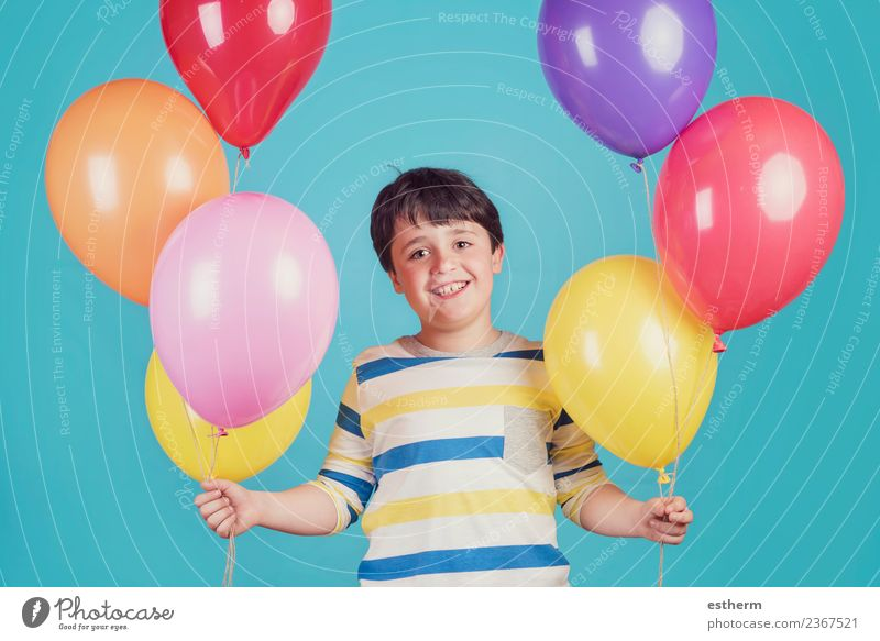 fröhlicher und lächelnder Junge mit bunten Luftballons Lifestyle Freude Ferien & Urlaub & Reisen Abenteuer Freiheit Party Veranstaltung Feste & Feiern