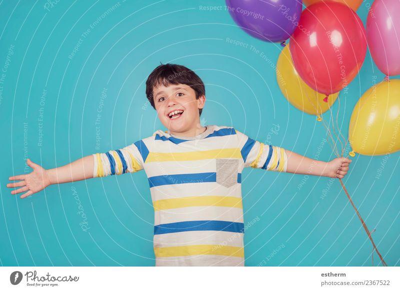 fröhlicher und lächelnder Junge mit bunten Luftballons Lifestyle Freude Ferien & Urlaub & Reisen Abenteuer Freiheit Feste & Feiern Geburtstag Mensch maskulin
