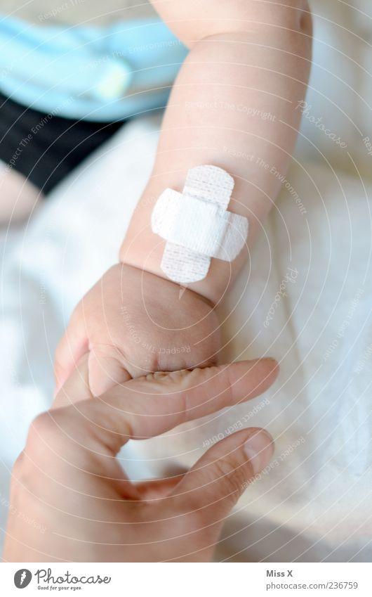 Aua II Mensch Hand Erwachsene Traurigkeit Baby Finger Sicherheit Mutter Warmherzigkeit Schutz Vertrauen Krankheit Familie & Verwandtschaft Schmerz Eltern