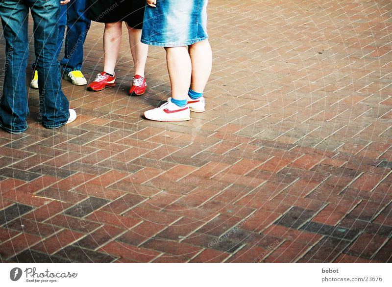 Schuhe unter sich Jugendliche sprechen Menschengruppe Beine Freizeit & Hobby Kopfsteinpflaster Verabredung tratschen