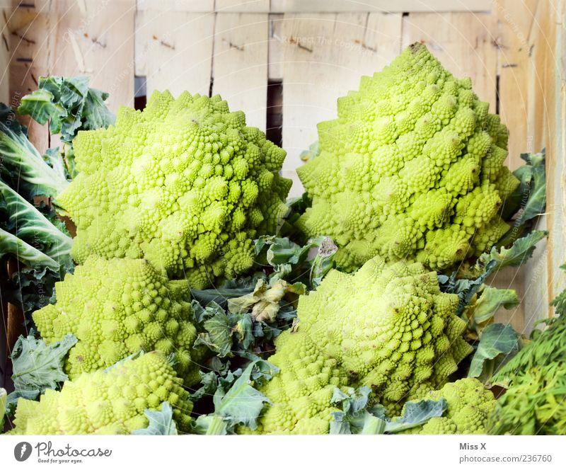 Romanesco Lebensmittel Gemüse Ernährung grün Holzkiste Kohl Blumenkohl Farbfoto mehrfarbig Nahaufnahme Menschenleer Textfreiraum oben Vogelperspektive mehrere
