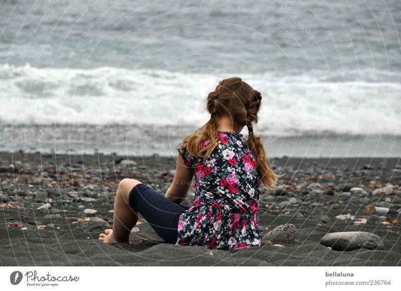 Stein auf Stein Mensch feminin Kind Mädchen Kindheit Leben Haare & Frisuren Rücken Arme Beine 1 Sand Wasser Sommer Wellen Strand Meer sitzen Spielen spielend