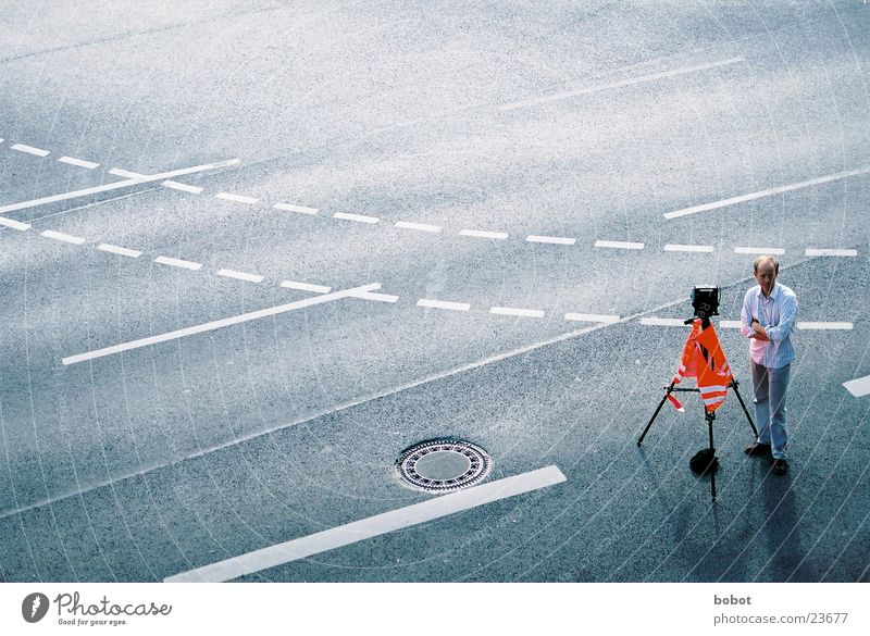 on the hunt Mann Straße Fotografie Verkehr Fotokamera Asphalt Fotografieren Teer dreibeinig