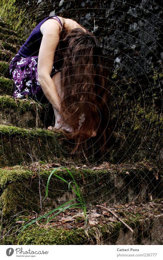 Lügen und Bewahren Mensch Frau Jugendliche Blatt Erwachsene dunkel feminin Wand Stein Mauer sitzen Treppe Junge Frau Trauer Kleid dünn