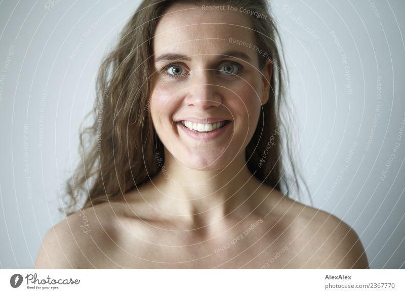 mit Grübchen Lifestyle Freude schön Haare & Frisuren Haut Gesicht Wellness Leben Wohlgefühl Wohnung Raum Junge Frau Jugendliche Schlüsselbein 18-30 Jahre