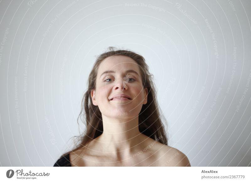 schwungvoll Lifestyle Freude schön Haare & Frisuren Gesicht Wellness Leben Wohnung Raum Junge Frau Jugendliche 18-30 Jahre Erwachsene brünett langhaarig Locken