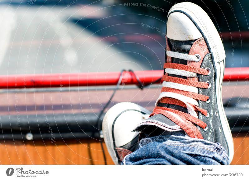 Doppelt Verkehrsmittel Personenverkehr Straßenverkehr Busfahren Mode Jeanshose Schuhe Chucks rot weiß gemütlich Erholung Farbfoto Gedeckte Farben Außenaufnahme