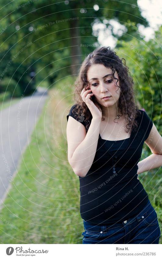 nun geh schon ran..... Mensch Natur Jugendliche grün schön Sommer schwarz Erwachsene Straße Wiese feminin Gefühle Wege & Pfade Traurigkeit warten natürlich