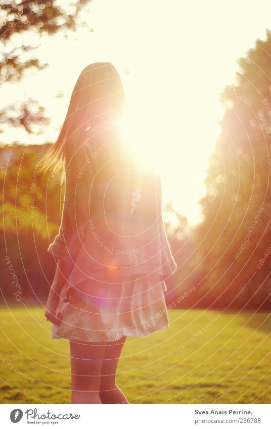 . Lifestyle Stil feminin Junge Frau Jugendliche 1 Mensch 18-30 Jahre Erwachsene Schönes Wetter Park Wiese Rock Kleid langhaarig Bewegung genießen träumen