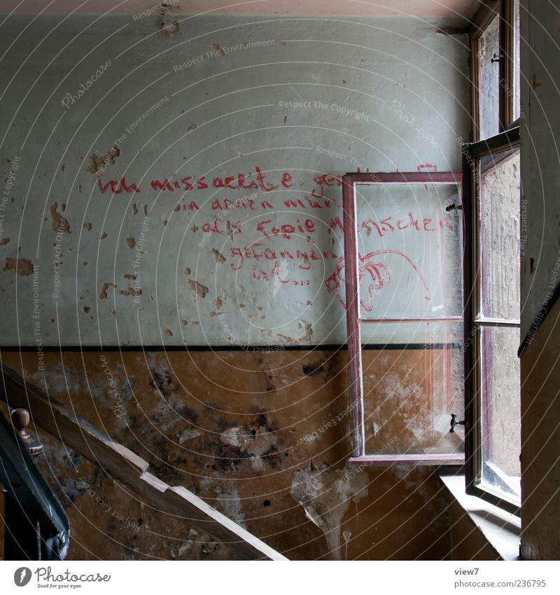 Hausflur alt Einsamkeit Fenster Wand Stein Mauer Traurigkeit Linie braun offen dreckig Schriftzeichen authentisch Häusliches Leben trist