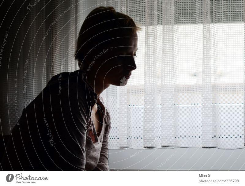 in Gedanken Mensch Frau Jugendliche Einsamkeit Erwachsene Fenster dunkel feminin Gefühle Traurigkeit warten sitzen 18-30 Jahre Trauer Sehnsucht Müdigkeit