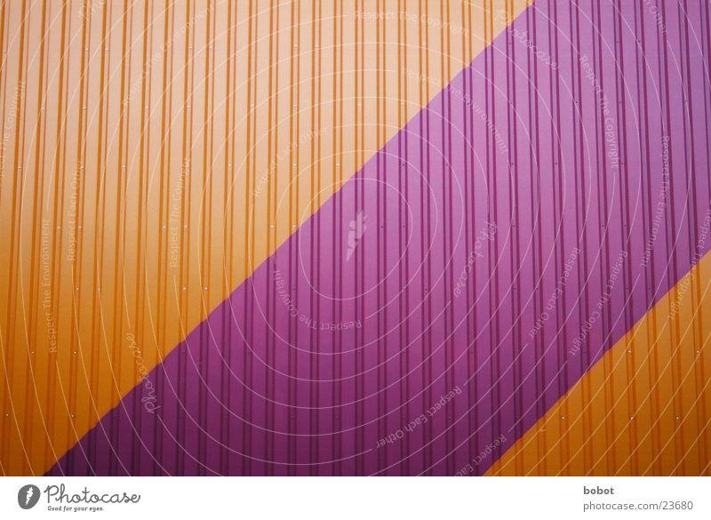 Wellblech mal bunt violett purpur rosa Wand Architektur Lagerhalle orange Strukur