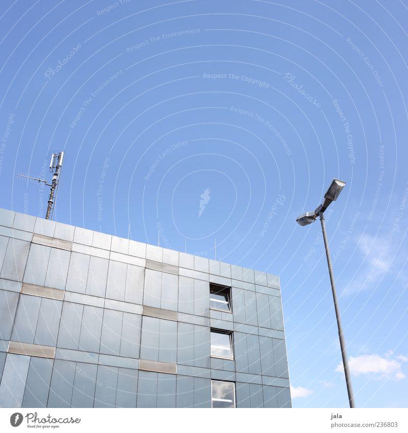 ode do mado Himmel Haus Hochhaus Bauwerk Gebäude Architektur Straßenbeleuchtung ästhetisch hoch blau Farbfoto Außenaufnahme Menschenleer Textfreiraum oben