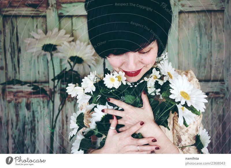 Junge Frau, die einen Blumenstrauß umarmt. Lifestyle Stil Design schön Wellness harmonisch Sinnesorgane Valentinstag Muttertag Hochzeit Mensch feminin