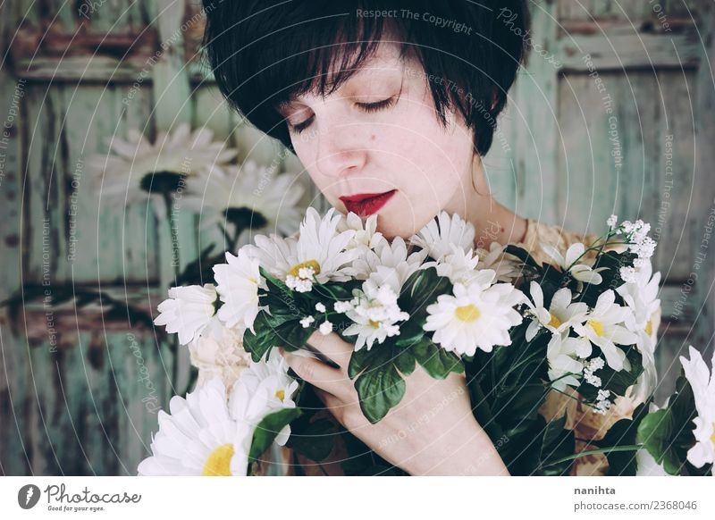 Junge Frau, die einen Blumenstrauß umarmt. Lifestyle Stil schön Haare & Frisuren Haut Gesicht Sinnesorgane Erholung ruhig Feste & Feiern Valentinstag Muttertag