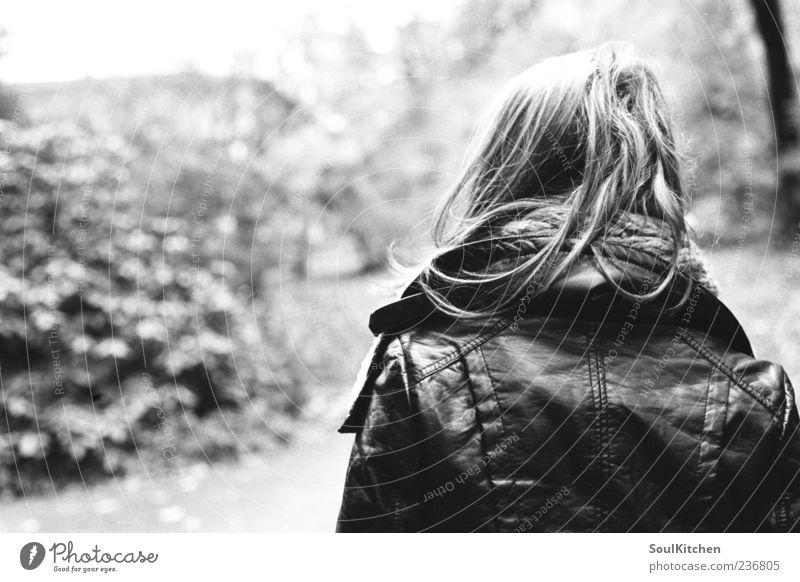 don't look back Junge Frau Jugendliche 1 Mensch 18-30 Jahre Erwachsene Gefühle Schwarzweißfoto Starke Tiefenschärfe Blick nach vorn langhaarig Lederjacke
