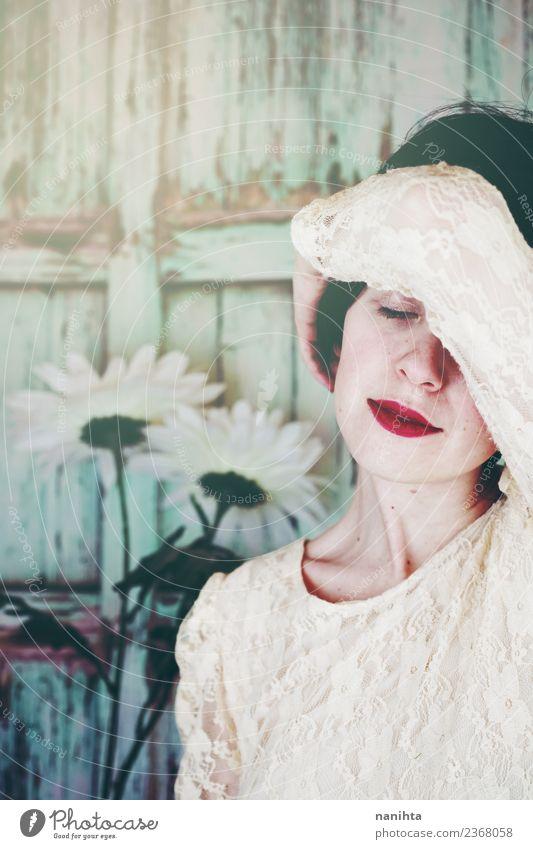 Junge süße Frau, die vor einem hölzernen Hintergrund posiert. Lifestyle elegant Stil Freude schön Haare & Frisuren Gesicht Wellness harmonisch Wohlgefühl